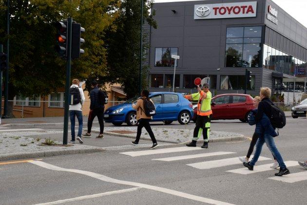 GULBLINK: Her skal elever krysse Osloveien like ved Eikli skole, og får hjelp av trafikkdirigenter, siden lyskrysset står i gulblink.