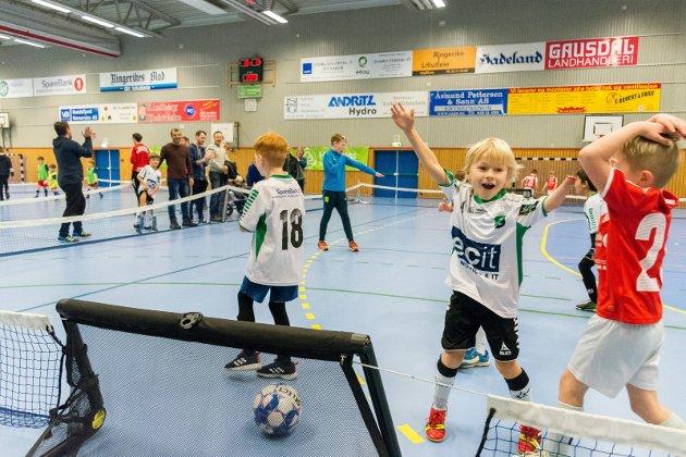 JUBEL: Jens August Østlie slipper jubelen løs etter en scoring for HBK-guttene i 6-årsklassen.
