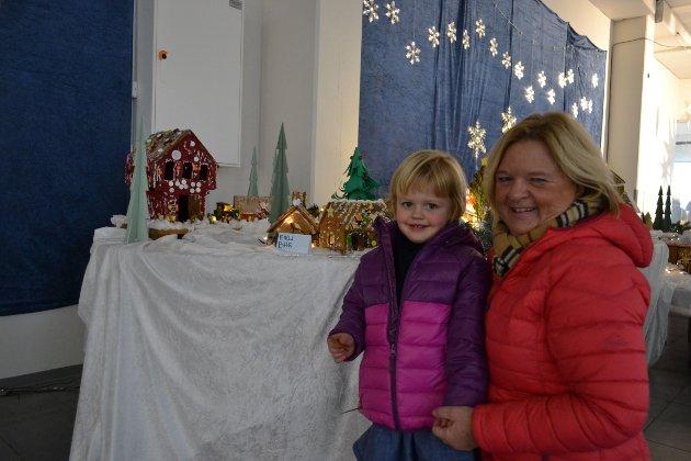 KOSTE SEG: Tre år gamle Eva Eggen Spildrejordet, koste seg med farmor Heidi Spildrejordet (60) da de så på pepperkakelandsbyen.