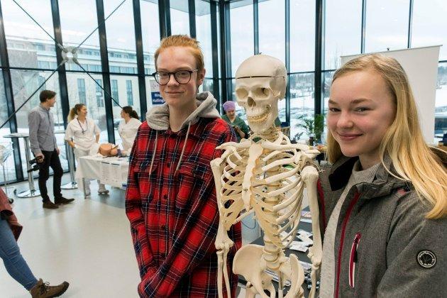 Her er framtiden: Amalie Arvesen Sørensen vurderer helsefag, og da fant hun raskt riktig stand på jobb- og yrkesmessa. Tobias Svensbakken Nordhagen var mer interessert i elektrofag.