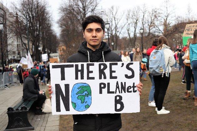 STREIKET: Aram Azari (16) fra Hønefoss deltok i klima-streiken i Oslo fredag.
