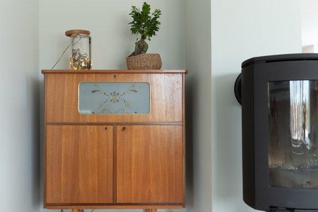 RETRO: Sjenken fra 60-tallet passet perfekt i en krok i stuen hos ekteparet på Nakkerud, og blir en fin kontrast til den nye peisovnen.