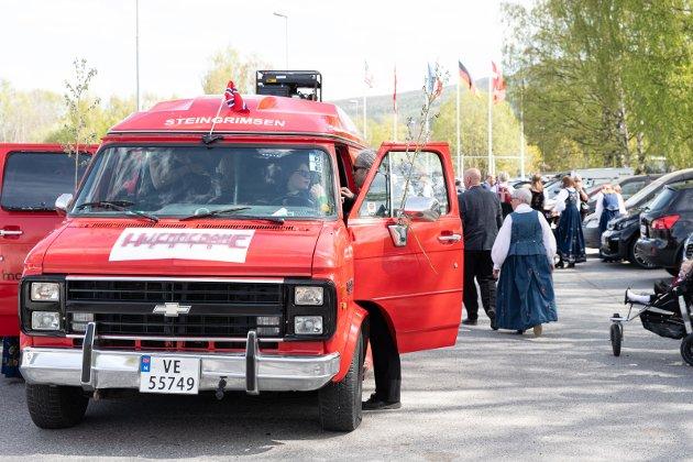 RUSS: En russebil kjørte inn på parkeringsplassen ved Hadeland Glassverk. Bård Bobby Brørby slår av en prat med sjåføren.