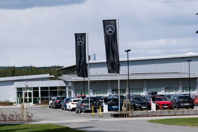 GODT SYNLIG: Mercedesflagg er hengt opp flere steder på Eggemoen, som her utenfor Norsk Titanium.