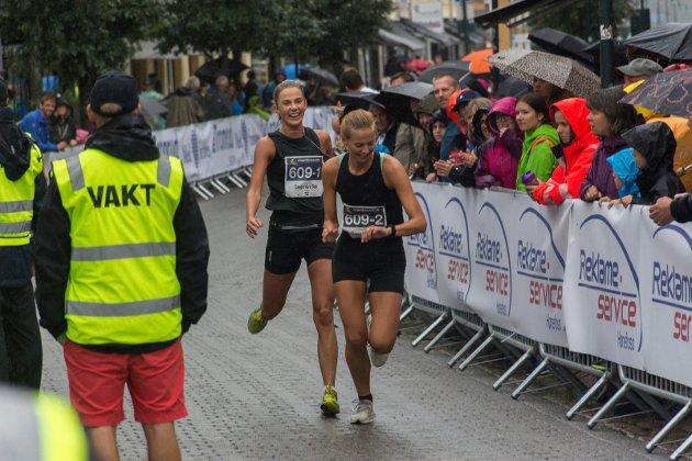 SJEKKER KLOKKA: Julie Vollum Bø sjekker hvordan parmaratonlaget ligger an etter Ingvild Kildals etappe.