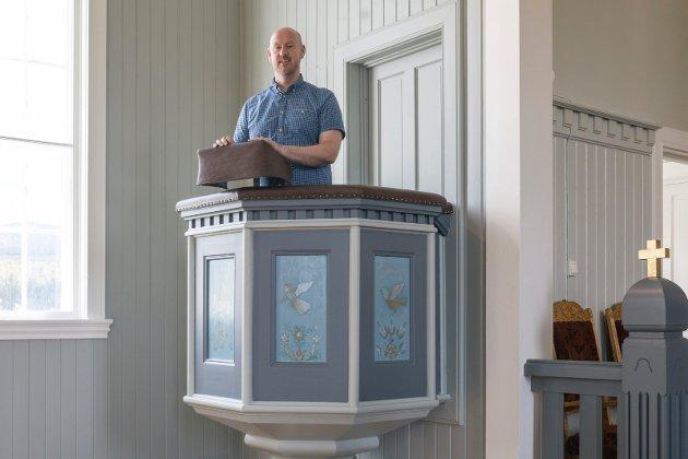 TRIVES: Sokneprest Stian Roos forteller at det er godt å preke i den nyoppussede Randsfjord kirke.