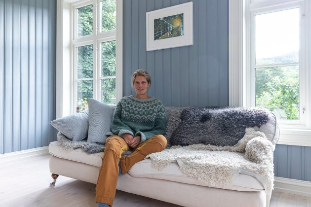 SKINN: Anna koser seg i sofaen med skinn fra gårdens sauer. Norsk pelssau har spesielt myk og fin ull.