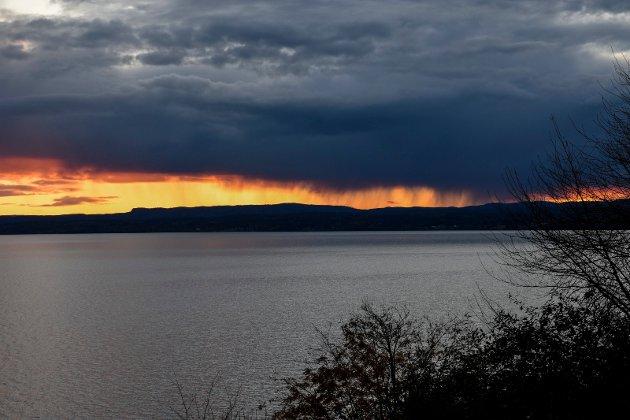 DRAMATISKE BYGER: Søndag kveld så det slik ut over Holleia. Noen ekstra millimeter med regn falt utover kvelden.