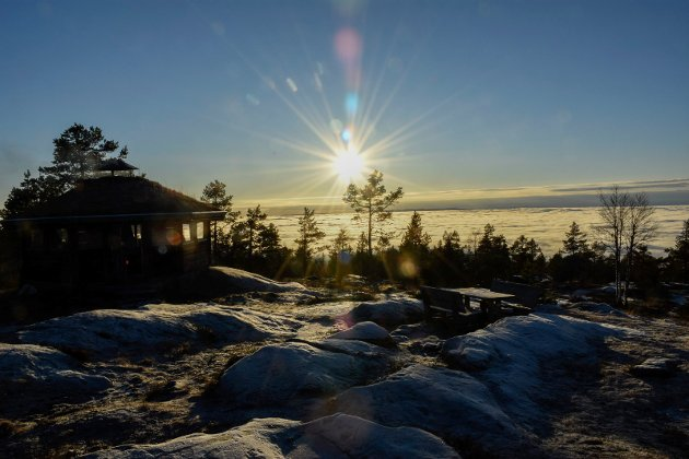 SKYFRITT: Tåka ligger tykk i lavlandet, men på Ringkolltoppen er det en strålende novemberdag.