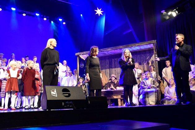 SENTRALE: Jørn Syversen takker Ingvild Lindsjørn (koreografi, Ada Mørk Jacobsen, regi og kor og Maria Mørk Forsberg (manus.