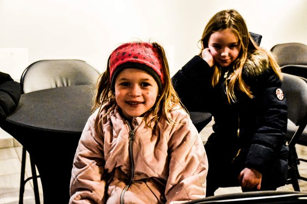 GLEDET SEG:  Othilie (7) og Jenny (8) gledet seg til Showtime-forestilling og til å se Othilies storesøster Mathea.