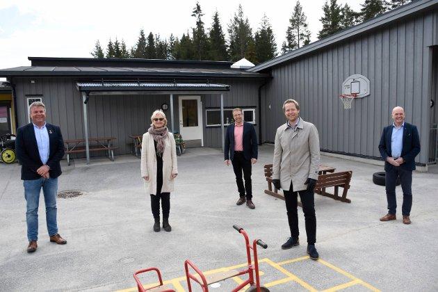 FEM ORDFØRERE: Syver Leivestad, Morten Lafton, Randi Eek Thorsen, Harald Tyrdal og Dag E. Henaug var på plass ved Bergerbakken barnehage.