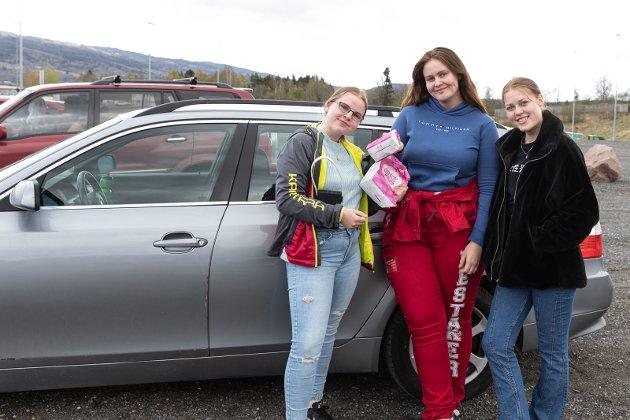 KINO: Tina Bråthen (18), Ingri Nestaker (18) og Hedda Stene, har ikke popcorn men masse smågodt på drive in-kino på Jevnaker. – Veldig bra opplegg, sier de.