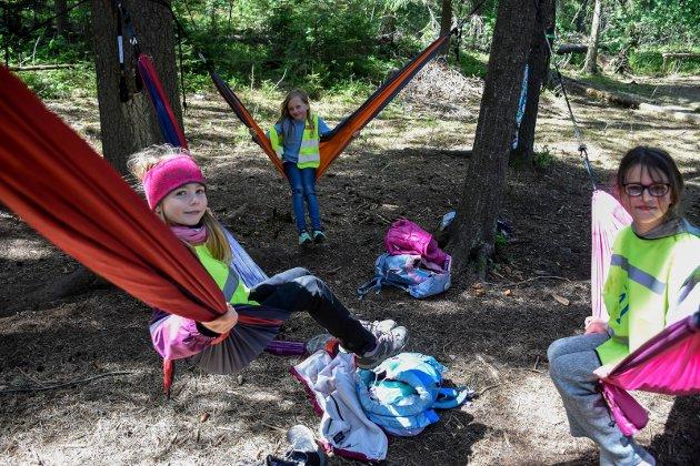 HENGEKØYER: Med uteskole kan du av og til slappe av i hengekøya. Her er det Ida, Ingeborg og Helene som tar seg en pause.