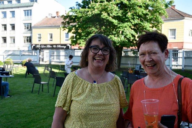 SPENTE: Kristin Stokkedal og Annlaug Nielsen gledet seg til å høre Olav Risan spille. Annlaug har jobbet sammen med Olav på Fontenehuset inntil hun gikk av som pensjonist.