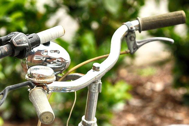 MÅ VARSLE: – Syklistene burde varsle når dei skal suse forbi. Heldigvis går det som regel bra, skriver Sverre Thune.