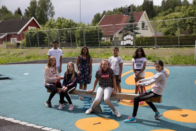 DUMPHUSKE: Mari Danuta Kosiur (11), Ann Skjolden Moi (11), Marte Solenby Sparr (11), Solange Dijkema Mallea (11), Aiyna Sharma (9), Arius Bhardwaj (9), Itika Bhardwaj (10) Robin Sharma (12) har det gøy på den nye lekeplassen på Ullerål skole.