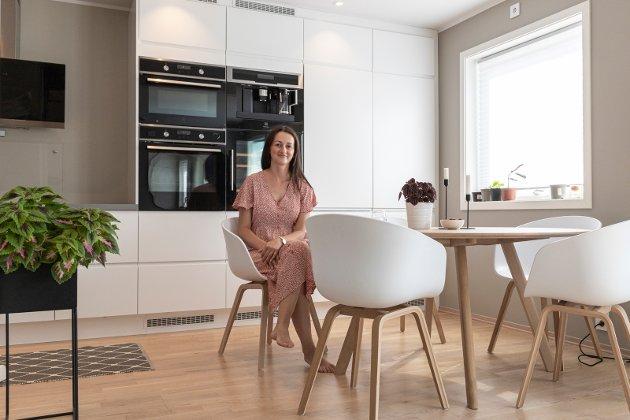 SPISESTUE: Da Medina Hodzic (33) og familien gikk fra 210 kvadratmeter til 135 kvadratmeter, måtte de bytte ut spisestuebordet med ett mindre.