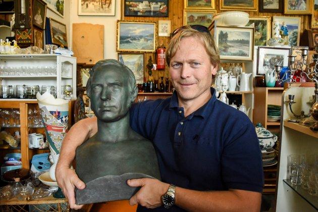 GODBIT: Bysten av Welhaven fra 1867 er selve godbiten i butikken til Geir Lien.