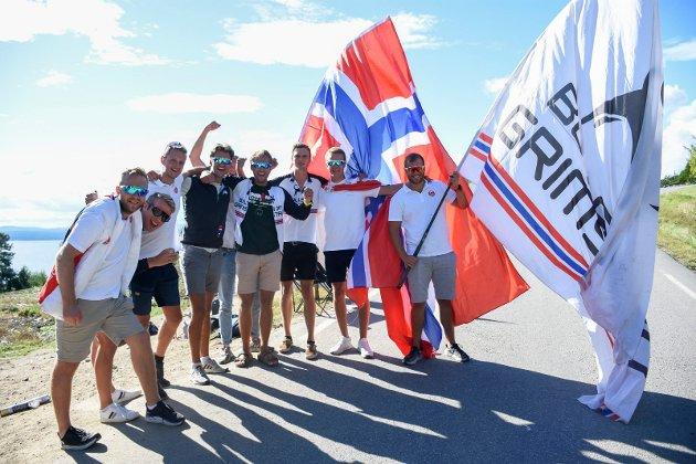 RØYSE I STEDET FOR VM: Denne gjengen fra Grimstad skulle vært på VM i Sveits. I stedet ble det tur til Leinebakken på Røyse for å se på NM.