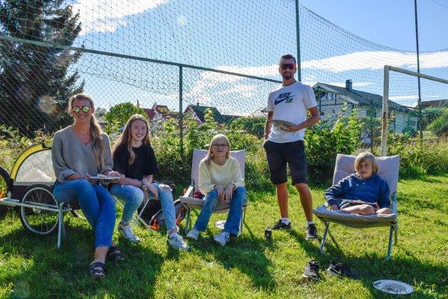 - MAT ER BRA TREKKPLASTER: Denne familien sier det er hyggelig at det skjer noe sosialt på lekeplassen. Pappa Eivind skryter av gjengen bak arrangementet. F.v. Cathrine Rosèn (39), Kindra Sandsbakk (13), Leah Rosèn (13), Eivind Rosèn (41) og Emil Rosèn (11).