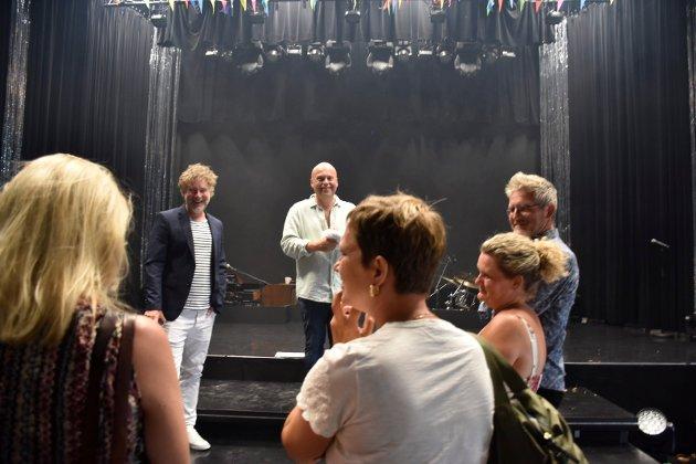 KLAR FOR FEST: Jonas gledet seg til å feire med familie og venner etter forestillingen. Her står han sammen med Gustav Nilsen fra Urbane Totninger.
