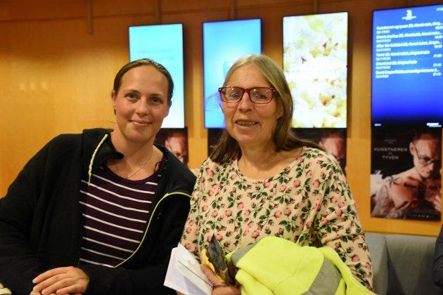 SPENTE: Lise og Edel Søderholm er naboer fra Røyse og i slekt med Benjamin og var spente på å se premieren på Kunstneren og Tyven.