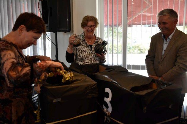 GAVE: Annlaug var svært glad for gaven fra styret, her representert ved Berit Brørby og Haakon Tronrud.