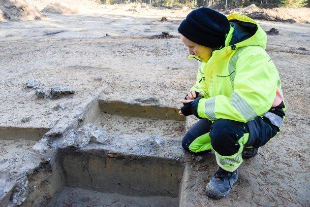 SPENNENDE: Anette Sand-Eriksen ved det som er restene av et omfattende anlegg for bearbeiding og produksjon av jern og kull.
