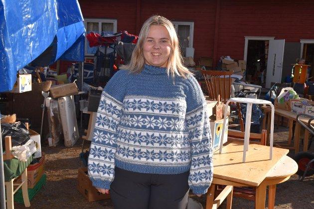 HANDLET: Liv Hanna Sørum fra Jevnaker fikk handlet seg nye julenisser i Tyrihall. Jevnaker-jenta synes det var mye spennende å se på under loppemarkedet.