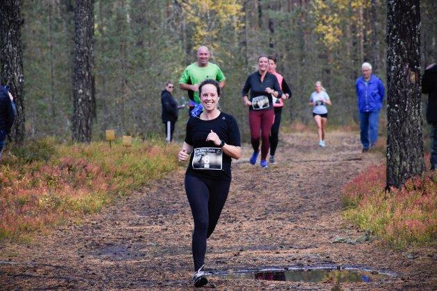 GODT HUMØR: Caroline Larsen løp i mål med et smil.