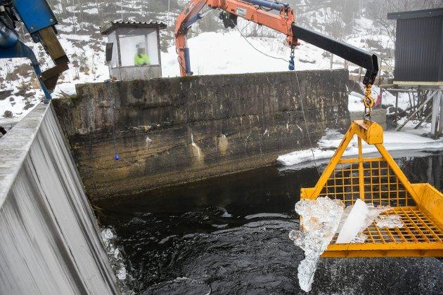DEMONSTRASJON: Det er ikke så mye is ved vanninntaket når Arnfinn Baksvær demonstrerer for Ringerikes Blad hvordan isrensingen gjøres. Men tidligere i vinter har det vært atskillig større mengder.
