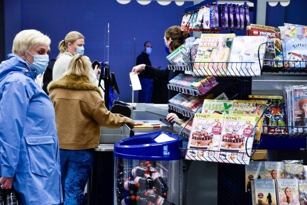 FORNØYDE: Kundene satte pris på ny Rema-butikk og Rema satte pris på kundene som fikk en liten ekstragave med seg hjem etter handleturen.