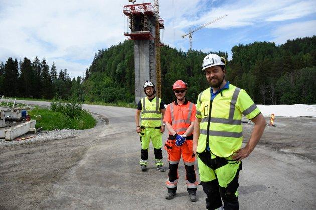 BRUBYGGERE: Mariusz Urbanski, Håvard Vaaje og Grzegorz Piechowski ved Randselva bru, som nå for alvor tar form.