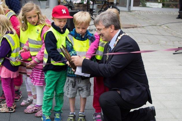 Åpning av lekepark på søndre torg. Kjell B. Hansen klippet snoren i lag med barna.