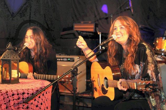 populære: Rita Engedalen og Margit Bakken i «Damer i blues» skapte god stemning på Kamerinafestivalen fredag. Alle foto: Asbjørn S. Torgersen.