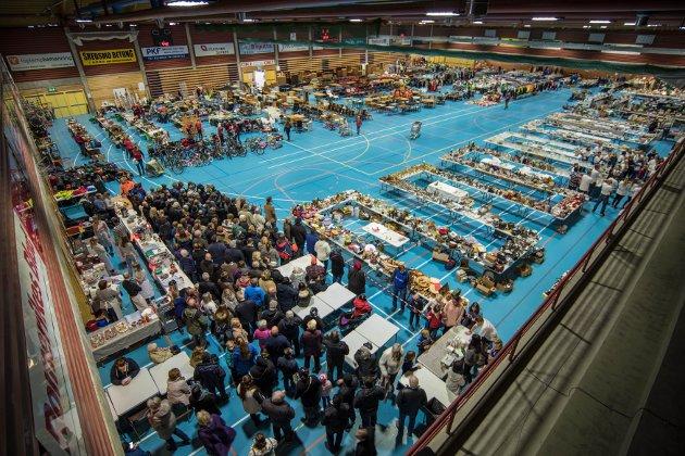 Mange sto klare til å spure inn for å sikre seg gamle skatter på loppemarkedet i Skedsmohallen Lørdag. ALLE FOTO: VIDAR SANDNES