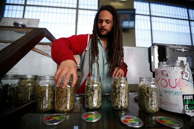 Cannabis er  lovlig i fem amerikanske delstater, og fem til, blant annet California skal stemme over legalisering. Bildet er fra et utsalgssted for medisinsk marihuana i Los Angeles.