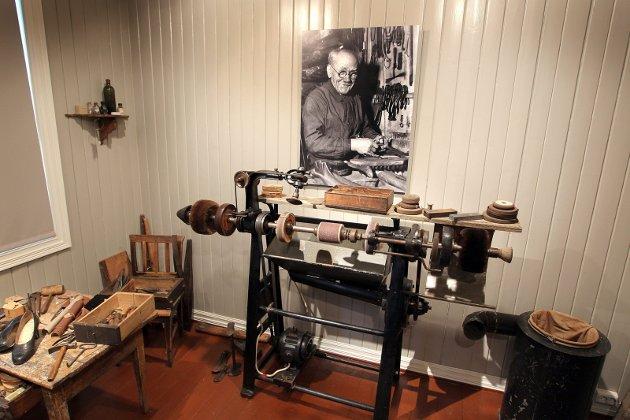 Bild: En del av bygdesamlingen erpermanent utstilt på Ullensaker museum, nemlig skomakerverkstedet etter Johan Oluf Gulbrandsen. Det befinner seg i en av de andre bygningene, ikke i hovedbygningen.Foto: Kay Stenshjemmet