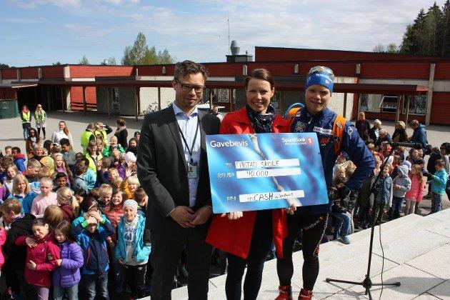 Banksjef i Sparebank 1 Lørenskog Bjarne Kalleli, leder av 17. mai komiteen, Sidsel Nordhagen og skilandslagets Eirik Brandsdal.