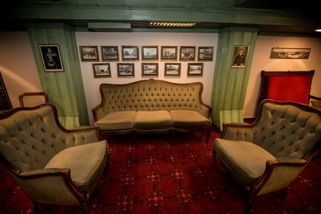 MØBLER OG BILDER: Alle møbler og bilder på veggene er til salgs. På bildene kan man finne mange motiver fra Lillestrøm.