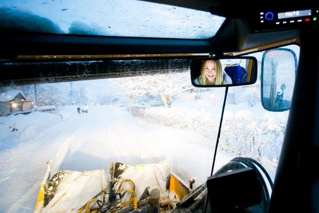 Tonje Haugen brøyter snø med Willis som veier 7 tonn.