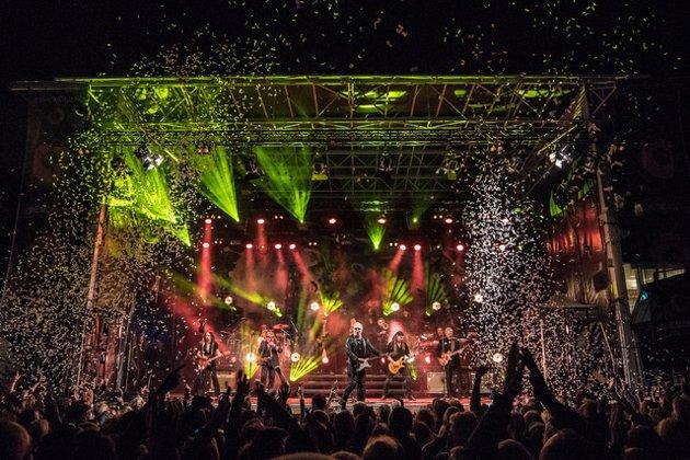 KONFETTIDRYSS: Det drysset konfetti på publikum under låta «Rio de Janeiro».