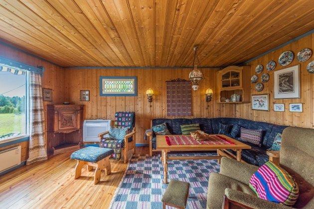 I kjellerstuene var det i 1978 furu over alt. Tak, vegger og gulv i tillegg til at møblene var i furu. Foto: Privat