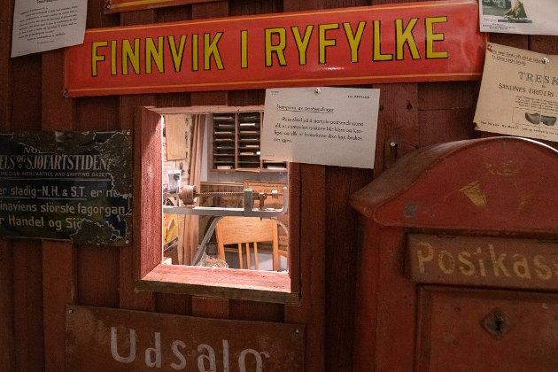 Den lille butikken Borge kjøpte i Finnvik har også eget lite postkontor.