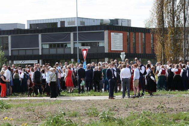 FOLKSOMT: Folk i alle aldre strømmet til for å se folketoget i Nannestad sentrum.