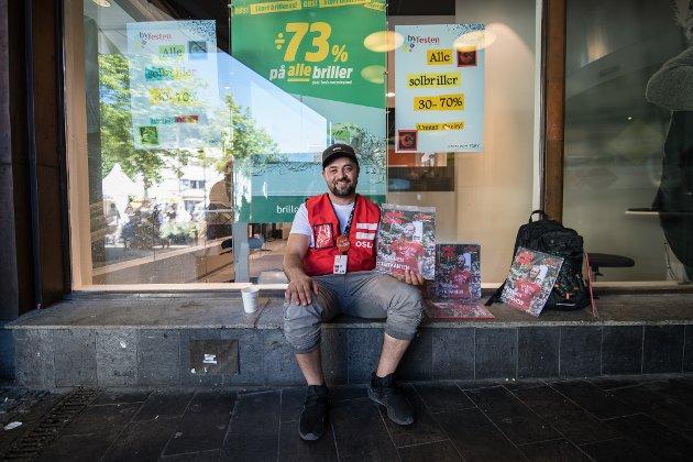 Florin Vika selger = Oslo, og har gjort det de siste 4 år. Han begynte med narkotika når han var 12 år gammel, og fortsatte bruken frem til han var 27 år. De siste tre årene har han vært ren og lever nå av å selge = Oslo. Det eneste stedet han vil selge er her i Lillestrøm, sier han, og han vil takke alle som har kjøpt av han.