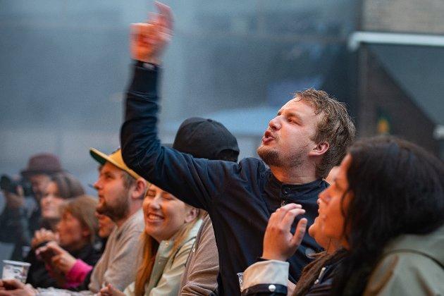 Oslo Ess står på scenen