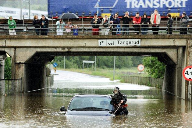 DRAMATISK: I juni 2007 måtte dykkere i aksjon for å redde ut flere personer fra en bil da vannet steg med én meter.