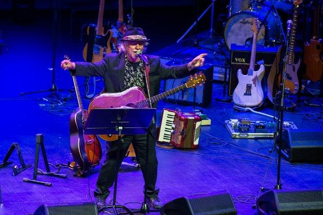 STORT SPENN: Trond Granlund presenterte både låter og mannskap fra hele karrieren på jubileumskonserten i Lørenskog hus fredag.